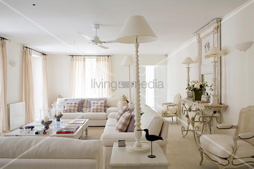 weisses landhaus wohnzimmer mit moderner sofagarnitur und einzelnen antikm beln bild kaufen. Black Bedroom Furniture Sets. Home Design Ideas