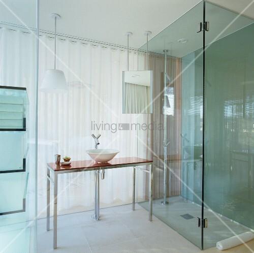 gl sernes bad ensuite im hotel mit bodengleicher dusche und modernem waschtisch mit philippe. Black Bedroom Furniture Sets. Home Design Ideas