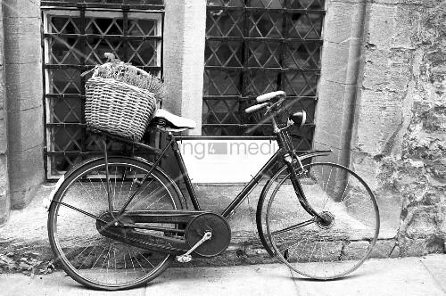 altes fahrrad mit korb an hauswand gelehnt schwarz weiss. Black Bedroom Furniture Sets. Home Design Ideas
