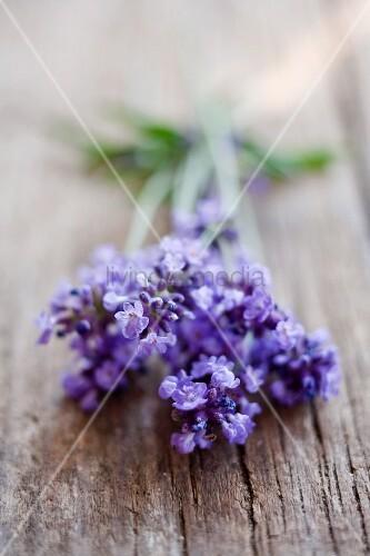 Lavendelblüten auf Holz
