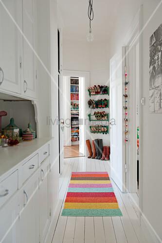 Dielenboden Weiß schmaler mit einbauschrank in weiss und bunter teppichläufer