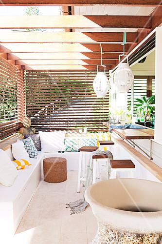 eckbank und bartheke auf einer terrasse mit sonnenschutz bild kaufen living4media. Black Bedroom Furniture Sets. Home Design Ideas