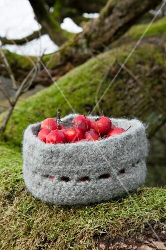 Zieräpfel in einem gehäkelten und gefilzten Wollkörbchen