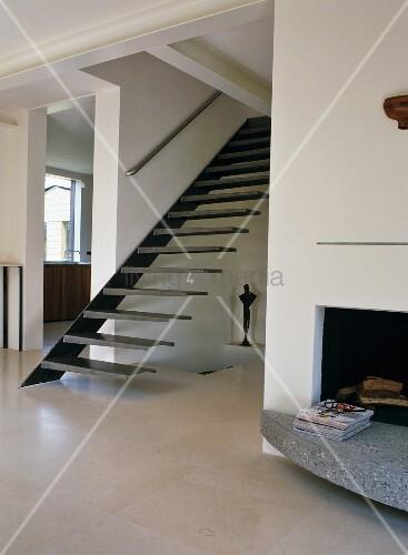 Minimalistischer Wohnraum Mit Moderner Treppe In Offenem Vorraum Und  Eingebauter Kamin