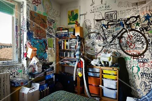 fahrrad h ngt ber regal an graffiti wand im jugendzimmer bild kaufen living4media. Black Bedroom Furniture Sets. Home Design Ideas