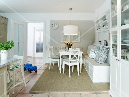 Weiße Wohnküche im Landhausstil mit gemütlicher Sitzbank ...