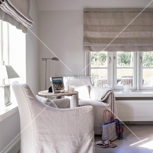 zwei sessel mit hussen und beistelltisch im gem tlichen eck mit fenster bild kaufen living4media. Black Bedroom Furniture Sets. Home Design Ideas