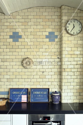 Glazed bricks and vaulted ceiling in kitchen