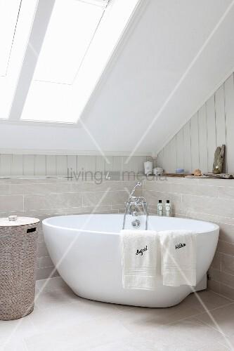 Fenster Dachschräge freistehende badewanne in badezimmerecke unter dachschräge mit