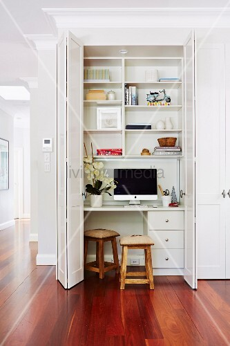 Offene Faltschiebetür vor eingebautem Schreibtisch und Regal in elegantem Wohnambiente