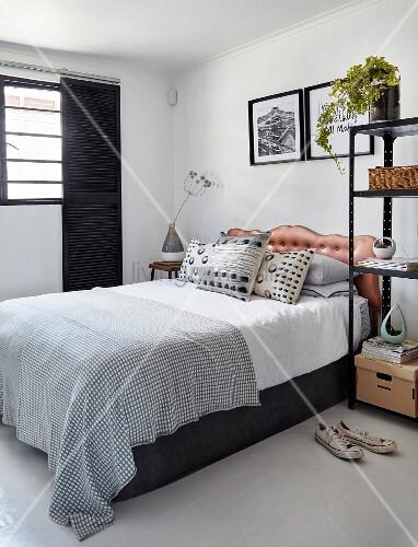 Modernes Schlafzimmer In Schwarz Und Weiß Mit Betthaupt