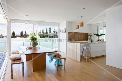 offene k chen mit essbereich und glasfron bild kaufen living4media. Black Bedroom Furniture Sets. Home Design Ideas