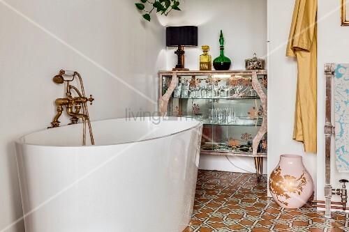 moderne freistehende badewanne mit nostalgischer armatur vor retro glasvitrine bild kaufen. Black Bedroom Furniture Sets. Home Design Ideas