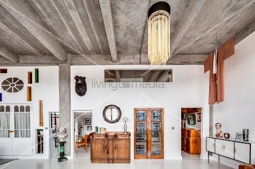 eklektische einrichtung in loft mit betondecke und wand. Black Bedroom Furniture Sets. Home Design Ideas