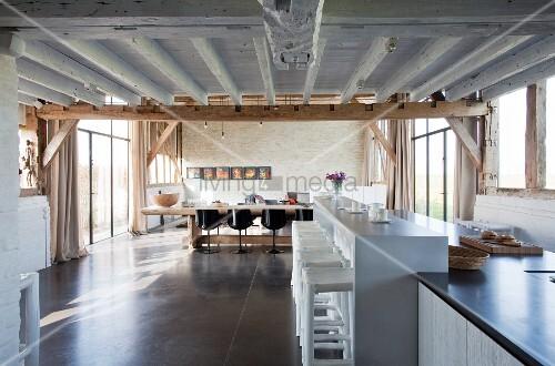 offene k che mit theke und langem esstisch in umgebauter scheune mit polybetonboden bild. Black Bedroom Furniture Sets. Home Design Ideas
