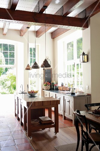 Offene Küche mit Theke und Terrassentür – Bild kaufen – living4media