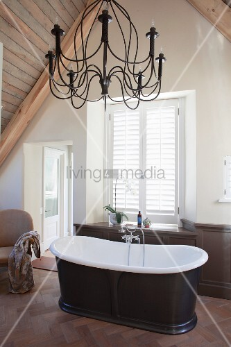 Frei Stehende Badewanne Und Kronleuchter Im Dachgeschoss Badezimmer