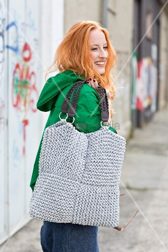 A hand-knitted shoulder bag made of jersey yarn