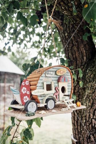 Caravan-shaped bird nesting box