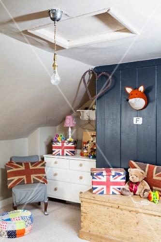 Kinderzimmer mit Schräge und Union Jack ... – Bild kaufen – 11981787 ...
