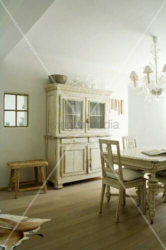 Essbereich mit Kronleuchter und Vintage Geschirrschrank