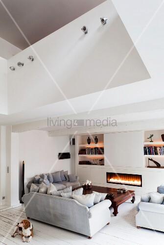 Gemütlicher Loungebereich mit Kaminfeuer und Opiumtisch in renovierter Altbauwohnung