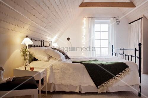Schlafzimmer mit nostalgischem Flair und Lichterkette im ...
