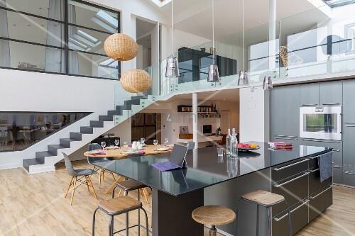 Offene Küche Mit Schwarzer Theke, Galerie Mit Glasbalustrade In Loftwohnung