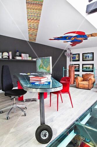 Rollbarer Designer-Schreibtisch auf Galerieebene mit aufgemaltem Comicfigur an der Decke