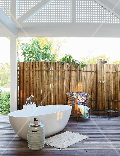 Free-standing bathtub and bamboo screen wall in outdoor bathroom