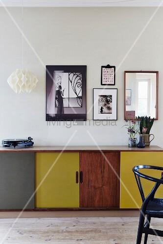 bilder ber retrokommode mit verschiedenfarbigen t ren bild kaufen living4media. Black Bedroom Furniture Sets. Home Design Ideas