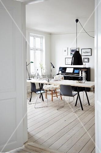 Esszimmer im skandinavischen Stil mit Klavier und Dielenboden – Bild ...