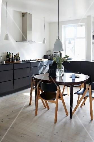 schwarz weisse wohnkuche im skandinavischen stil