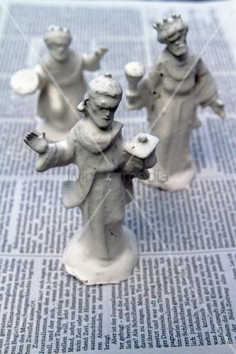 In Gips getauchte Krippenfiguren auf einer Zeitung