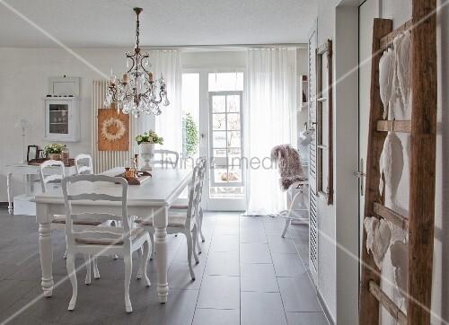 Antike Möbel und Flohmarkt-Accessoires in moderner Wohnung