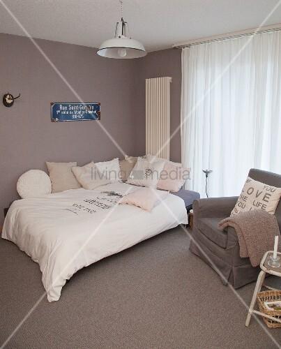 Schlafzimmer in gedeckten Farben mit Vintage-Deko