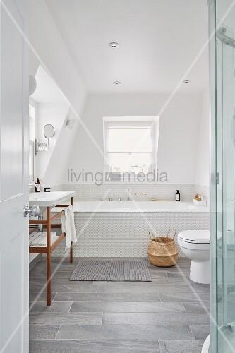 helles bad in dachgeschoss mit toilette bild kaufen 12100495 living4media. Black Bedroom Furniture Sets. Home Design Ideas