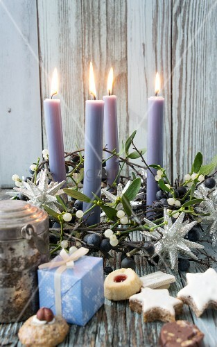 Biscuits and presents in front of Advent wreath