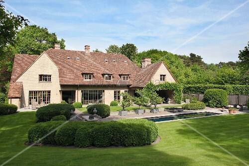 Luxuriöses Landhaus mit gepflegtem Garten und Pool
