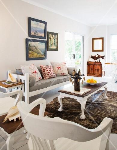 wei e holzm bel im wohnzimmer mit kuhfellteppich bild. Black Bedroom Furniture Sets. Home Design Ideas