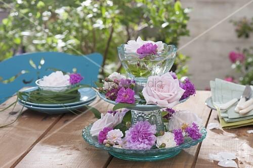 rosa rosen und silene lichtnelken als tischdeko auf glas etagere bild kaufen living4media. Black Bedroom Furniture Sets. Home Design Ideas