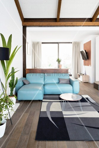 Simpel eingerichtetes Wohnzimmer unter dem Dach