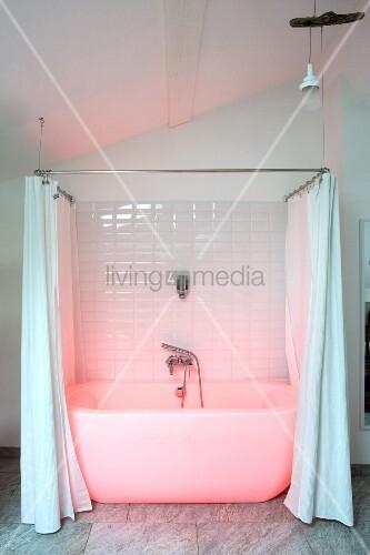Rosa beleuchtete weiße Badewanne mit Duschvorhang in modernisiertem Altbau