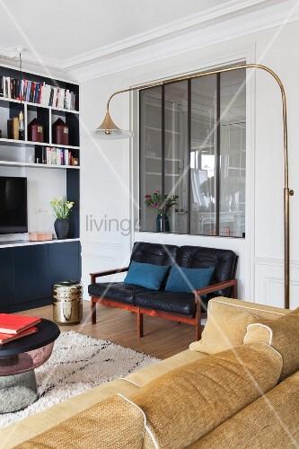 Loungeecke Mit Innenfenster, Sitzgelegenheiten Und Eingebautem Regal