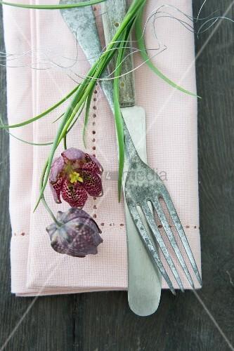 Stoffserviette mit Lochstickerei, Vintage Besteck und Schachbrettblumen