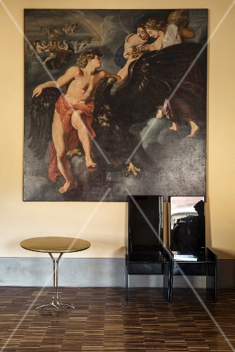 Baroque oil painting and black high-gloss chairs next to classic Traccia table