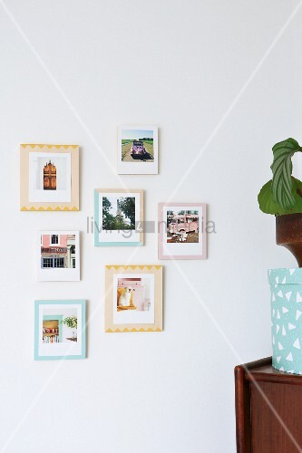 Fotos auf verschieden bemalten Holzplatten als Rahmen