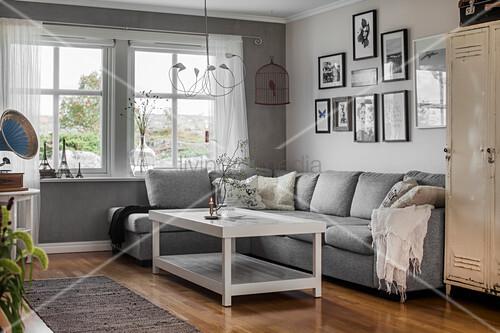 Monochromes Wohnzimmer in Grau und Weiß ... – Bild kaufen ...