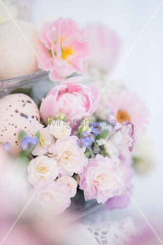 Easter flower arrangement with speckled egg