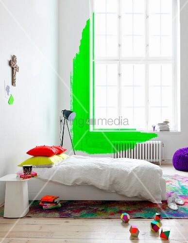 neongr ne wandgestaltung mit bermaltem heizk rper vor hohem altbaufenster im schlafzimmer. Black Bedroom Furniture Sets. Home Design Ideas